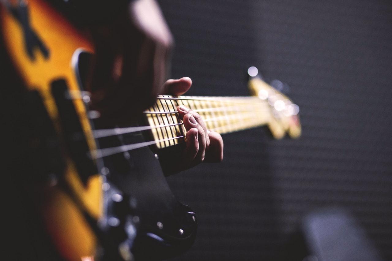 La guitare classique et la guitare électrique